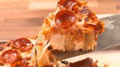 Μόλις δοκιμάσετε αυτή τη πίτσα με μακαρόνι ριγκατόνι , με άπειρο τυρί και λαχταριστό πεπερόνι θα τα ξεχάσετε όλα ! TIP : Αξίζει και τη τελευταία θερμίδα !!! Εκτέλεση Προθερμαίνετε τον φούρνο στους 200 C. Σε μια μεγάλη κατσαρόλα με βραστό αλατισμένο νερό μαγειρεύετε τα rigatoni μέχρι να γίνουν al dente για 8′. Στραγγίζετε και …