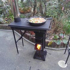 a rocket stove with attachments, first the stove like table with the chimney, but the fabricator Mr. Sugiura, has a square or an arch type oven that go on top the rocket stove replacing that stove top. Good idea if one wants to custom made this kind Metal Projects, Welding Projects, Diy Projects, Bbq Grill, Grilling, Jardin Decor, Cooking Stove, Cooking Beets, Rocket Stoves