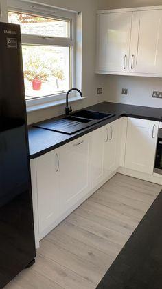 Grey Kitchen Floor, Kitchen Flooring, Black And Grey Kitchen, Dark Kitchen Floors, White Gloss Kitchen, Basement Kitchen, Kitchen Backsplash, Kitchen Countertops, Clean Kitchen Cabinets