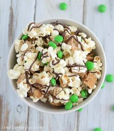Patrick's Day Smore Snack Mix - Ooey gooey marshmallow covered popcorn with grahams and chocolate. Sugar Cookie Recipe Easy, Easy Sugar Cookies, Yummy Cookies, Snack Mix Recipes, Cooking Recipes, Party Recipes, St Patricks Day Food, Saint Patricks, Caramel Corn