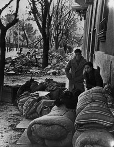 Madrid. November-December 1936. People getting ready to leave the city after the Italo-German air raids//Robert Capa