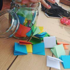 Idea de regalo DIY con 365 notas para alguien especial, amigo, amiga, pareja... Un regalo super barato, fácil y original para sorprender con recuerdos y momentos especiales.