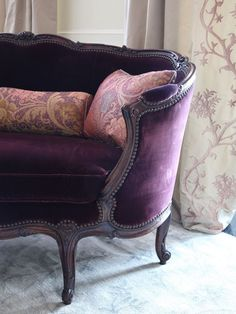 I wanted to share even more glamorous velvet sofas – so I chose the luscious color of purple. Click through for 12 stunning purple velvet sofas we love! Living Room Upholstery, Chair Upholstery, Upholstery Nails, Poltrona Vintage, Deco Baroque, French Sofa, Interior Design Boards, Velvet Sofa, Home Decor Trends