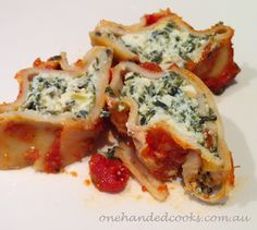 Need some dinnertime inspiration? Tempt your tots with this yummy finger food spinach and ricotta cannelloni recipe!