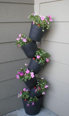 32 cheap and easy DIY garden ideas everyone can do . - 32 cheap and simple DIY garden ideas that anyone can do - Diy Garden Bed, Garden Crafts, Diy Garden Decor, Garden Projects, Easy Garden, House Plants Decor, Plant Decor, Herb Planters, Backyard Landscaping