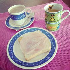 ¡Buenos días! Por fin me siento delante de mi desayuno =D. ¡Os deseo un gran lunes! // good morning people!!! =)