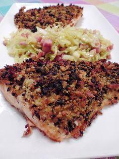 Salmão com crosta de broa e azeitona preta, acompanhado com couve-lombarda salteada