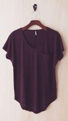 Esta camiseta es púrpura y flojo. Me lo llevaría a la escuela.