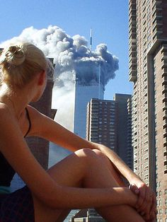 - Australian model caught distracted during a photo shoot when the first plane hit tower World Trade Center. Photographer not credited. Epic Photos, Photos Du, Cool Photos, Amazing Photos, Rare Photos, Vintage Photographs, Vintage Photos, World Trade Center, First Plane