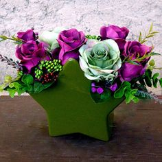 Růže v zelené keramické váze ve tvaru hvězdy Christmas Wreaths, Christmas Decorations, Bouquets, Floral Wreath, Flowers, Christmas Swags, Flower Crowns, Holiday Burlap Wreath, Bouquet