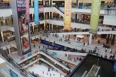 El centro de comercial en Mexico City. Muy Grande, muchos tiendas, y colorida.