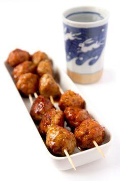 """BOULETTES DE POULET YAKITORI (Sauce Yakitori """"de nappage"""" : 60 g de sucre, 10 g de maïzena, 120 g de sauce de soja, 120 g de Mirin, 8 hauts de cuisse de poulet, 1 poireau, 1 jaune d'oeuf, 2 c à s de maïzena, 1 c à s de sauce yakitori, 2 cm de gingembre frais râpé)"""
