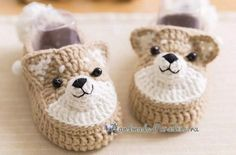 Baby booties with crochet hooks Crochet Boots, Crochet Slippers, Cute Crochet, Crochet For Kids, Crochet Christmas Garland, Baby Accessoires, Crochet Amigurumi Free Patterns, Baby Slippers, Baby Boy Shoes