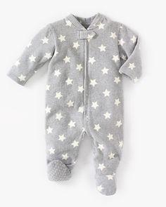 Mønstret pyjamas til baby med føtter og glidelås foran. Trykknapp i halsen foran og glibeskyttelse på føttene i størrelse 74 og oppover. Myk bomullstrikot, 60% bomull og 40% polyester.