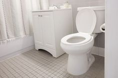 Learn how to rid your toilet bowl of unsightly hard water stains using common household products, and without harsh chemicals. Bathroom Cleaning Hacks, Household Cleaning Tips, Toilet Cleaning, House Cleaning Tips, Diy Cleaning Products, Cleaning Solutions, Household Products, Household Cleaners, Cleaning Toilets