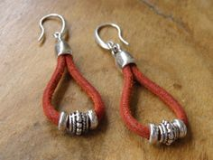 Red leather and tibetan silver beads, without lead, without cadmium, without nickel. Diy Jewelry, Jewelery, Jewelry Making, Leather Earrings, Leather Jewelry, Ibiza Fashion, Etsy, Bracelets, Red Leather
