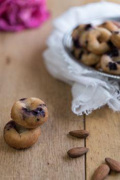 Mini donuts alle mandorle, pesche e mirtilli profumati di cardamomo e spennellati di miele da una ricetta di Lorraine Pascal
