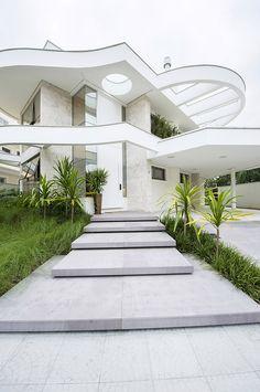 Esta casa contemporânea assinada pelos arquitetos Robson Nascimento e Cristiana Delpizzo, está localizada em Florianópolis (SC).