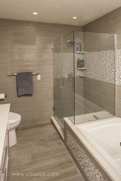 Un baño de líneas sencillas que logra elegancia por la combinación de sus revestimientos.