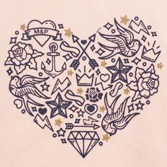 T-Shirt rose pale Finition de col pailleté doré Impression « Cœur » tattoos vintage et petites étoiles en paillettes dorés