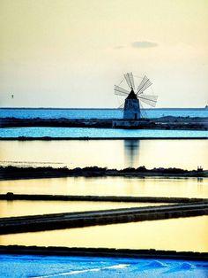 L'ora blu -  The blue hour -  Isole dello Stagnone  #Marsala  #visitsicilyinfo #saline #Sizilien   ph Giuseppe Lo Brutto