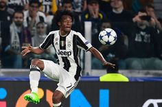 Juventus' forward from Colombia Juan Cuadrado controls the ball during the UEFA Champions League quarter final first leg football match Juventus vs Barcelona, on April 11, 2017 at the Juventus stadium in Turin.  / AFP PHOTO / MIGUEL MEDINA