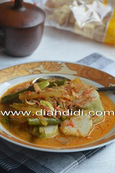 Indonesian Food Indonesian cuisine is one of the most vibrant and colourful cuisines in the world, full of intense flavour. Spicy Recipes, Asian Recipes, Vegetarian Recipes, Cooking Recipes, Beef Recipes, Malaysian Cuisine, Malaysian Food, Diah Didi Kitchen, Indonesian Cuisine