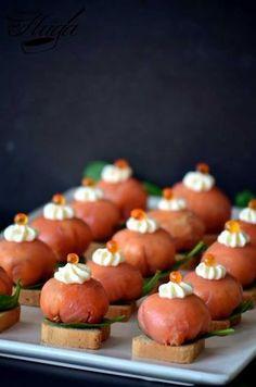 bombones de salmón ahumado aperitivo Sushi Recipes, Salmon Recipes, Cooking Recipes, Healthy Recipes, Finger Food Appetizers, Finger Foods, Appetizer Recipes, Xmas Food, Savory Snacks