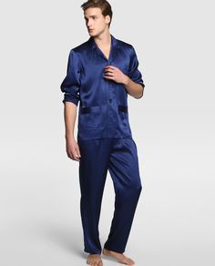 Pijama largo de seda, color azul marino. Tiene la camisa tiene dos bolsillos y los botones son a tono. Mens Silk Pajamas, Satin Pajamas, Boys Pajamas, Pyjamas, Pajama Party Outfit, Sleepwear Women, Moda Online, Night Gown, Pajama Set