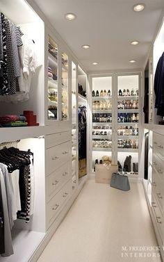 Precioso vestidor iluminado para colocar tus mas preciadas prendas y accesorios. #BrandsSociety #vestidor #closet
