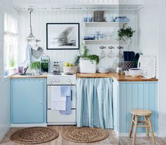 This relaxing sea side cottage kitchen: nice decor for a small kitchen Cozy Kitchen, Kitchen Linens, Country Kitchen, Kitchen Decor, Country Life, Countryside Kitchen, Aqua Kitchen, Turquoise Kitchen, Basement Kitchen