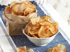 Easy Salt and Vinegar Potato Chips Super easy Homemade Salt and Vinegar Potato Chips made with real vinegar and sea salt. Completely addicting and perfect for parties! Salt And Vinegar Potato Chips Recipe, Salt And Vinegar Crisps, Homemade Baked Potato Chips, Salt And Vinegar Potatoes, Homemade Chips, Baked Chips, Cider Vinegar, Oven Potato Chips, Potatoes In Oven