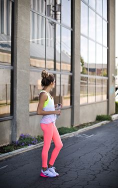 the best foods to eat with your favorite workouts {love those neon leggings!}