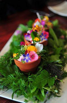 assiette gastronomique, déco avec des légumes frais et des fleurs comestibles