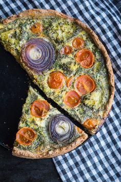 Grov tærte med tomat, broccoli og timian - bagt med fuldkornshvedemel og med hytteost. Vegetarisk sund tærte, perfekt til madpakken.