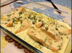 Receita de Salmão ao Gorgonzola - salmão com o vinho branco, sal, pimenta verde, limão e deixe marinar por duas horas. Unte um refratário com um pouco de manteiga e forre com as...