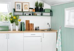 MAKEOVER: Grønt køkken i kolonihaven for kun kr. Small Living, Kitchen Design, Kitchen Ideas, Kitchen Cabinets, Home And Garden, Cottage, Living Room, Interior, Table