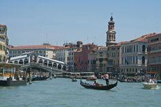 El #GranCanal de #Venecia y el #PuenteRialto, el puente más antiguo de los cuatro que lo cruzan. http://www.venecia.travel/lugares-para-visitar/puente-rialto/ #turismo #Italia