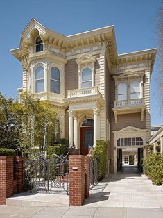 Positioned in Pacific Heights, San Francisco, California, the Carriage House is a personal residence designed by Butler Armsden Architects. The house is the peak of class, with an impeccable landsc… Victorian Architecture, Beautiful Architecture, Classic Architecture, Victorian Style Homes, Second Empire, Carriage House, Shabby Chic Homes, Historic Homes, Old Houses