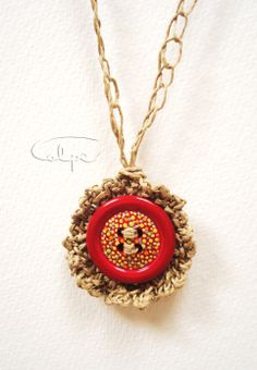 Colgante de crochet con botón pintado a mano. http://calpearts.blogspot.com.es/p/colgantes.html