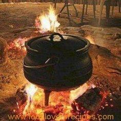 Potjiekos in South African Cuisine Cooking Bread, Fire Cooking, Cast Iron Cooking, Oven Cooking, South African Dishes, South African Recipes, Outdoor Food, Outdoor Cooking, Braai Recipes