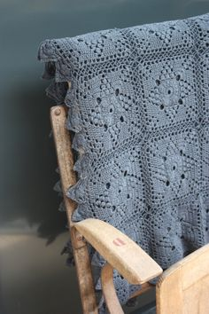 Ancien Plaid en crochet vu chez Le Grenier de Ninon I like the pattern in this color - this way the pattern is less old-fashion, it became almost modern! Plaid Au Crochet, Beau Crochet, Crochet Diy, Crochet Afgans, Crochet Motifs, Crochet Squares, Crochet Home, Love Crochet, Beautiful Crochet