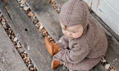 Find din indre kreativitet frem og strik en fin hue med strikkeopskriften på 'Djævlehue Grethe', der kan holde din babys små ører varme.