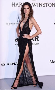 Alessandra Ambrosio veste Redemption , vestido longo preto, bordado, com fenda e decote
