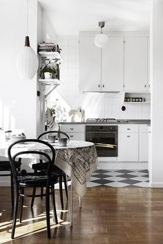 It is easier than you think to take your kitchen from builder grade to gorgeous on a budget! These kitchen makeover secrets will save you money and give you great ideas! Kitchen Dinning, Kitchen Decor, Room Kitchen, Dining Room, Kitchen Countertops, White Kitchen Cabinets, Scandinavian Kitchen, House Ideas, Green Kitchen
