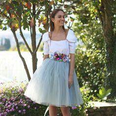Falda de tul midi tipo Carrie en color gris perla hecha a medida. Un look de invitada perfecta para bodas y eventos confeccionado a mano en galicia. Se realiza a medida previo encargo