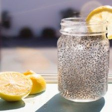 CHIA FRESCA Adapted from this recipe. Yield: 2 cups Ingredients: 2 cups water or coconut water tbsp chia seeds tbsp fresh lemon or lime juice, or to taste Sweetener, to taste tbsp maple syrup) Chia Seed Recipes For Weight Loss, Natural Energy Drinks, Lose 40 Pounds, Fat Burning Foods, How To Squeeze Lemons, Weight Loss Drinks, Good Fats, Calories, Healthy Drinks