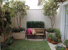 Pequeno jardim com banco de madeira. Fotografia: www.decorfacil.com.