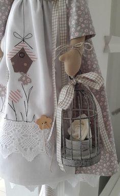 """*Süsses Engelchen """"Gartenzauber"""" mit Vogelkäfig*   Das Engelchen, bekleidet mit Hut,Tuch, Kleid, Schürze und Unterrock hat einen kleinen Vogelkäfig fest in der Hand.  Die Schürze habe ich mit..."""