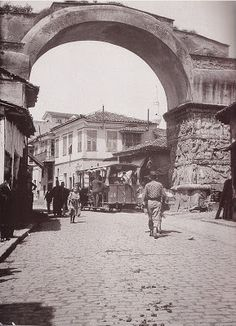 Frederick Moore, Saloniki 1910 Street cars and pedestrians travel under the Roman Arch of Galerius. Thessaloniki, National Geographic Images, As Time Goes By, Urban Photography, Macedonia, Old Photos, Istanbul, Greece, Places To Visit